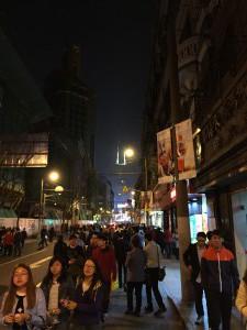 Menschenmenge unterwegs auf der Nanjing Lu